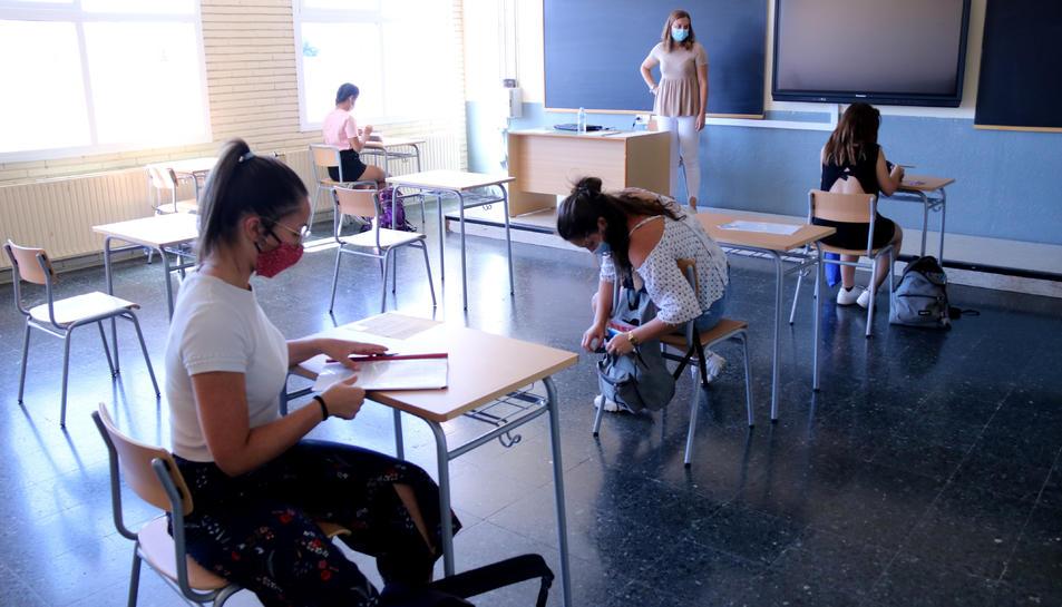 Pla general de l'interior d'una aula de l'institut Julio Antonio de Móra d'Ebre, el primer dia de selectivitat.