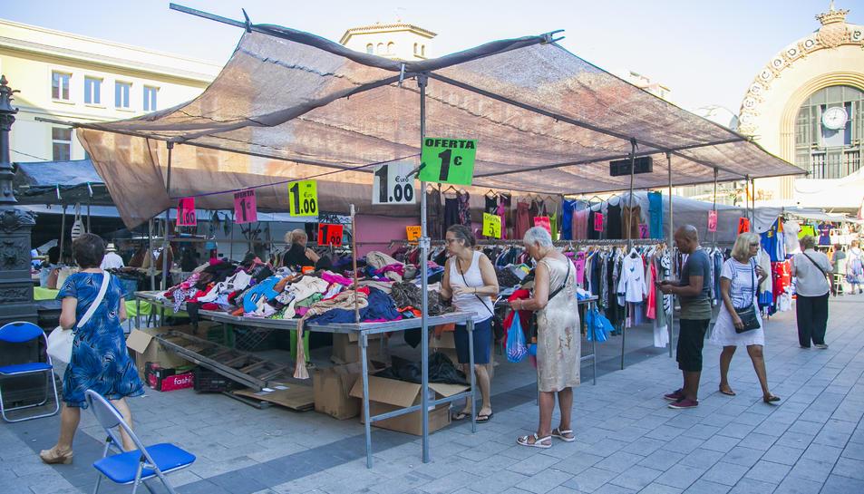 Imatge dels marxants de la plaça Corsini, en una jornada de mercadet abans de la pandèmia.