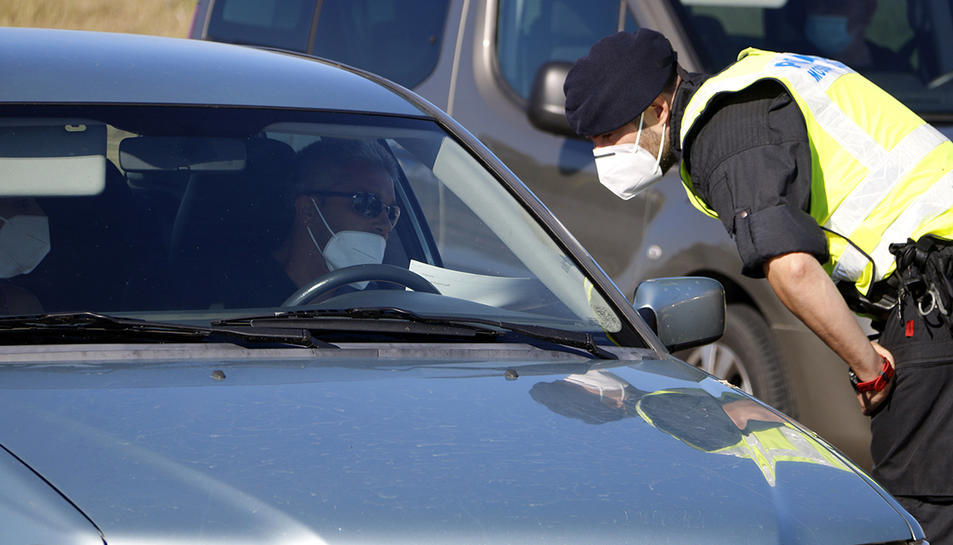 Un agent dels mossos consultant el certificat d'autoresponsabilitat d'un conductor al Segrià.