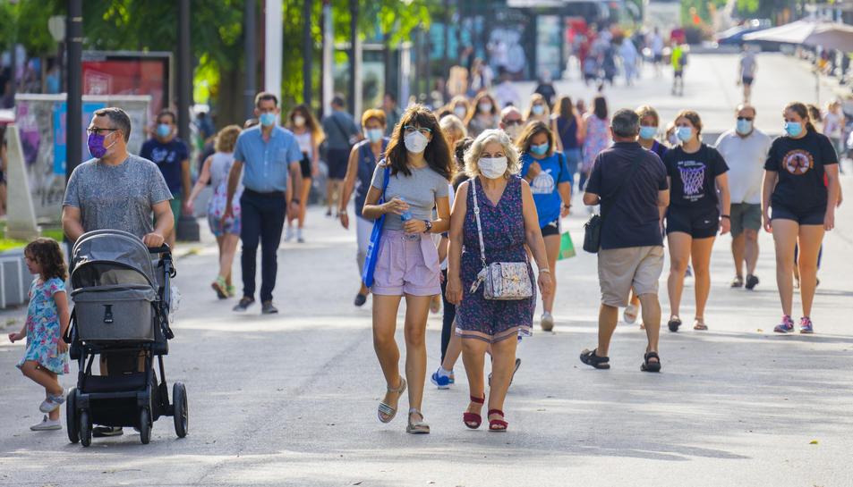 Gent passejant per la Rambla Nova de Tarragona complint la normativa de la mascareta.