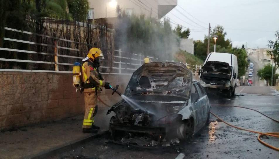 Un bomber sufocant el foc.