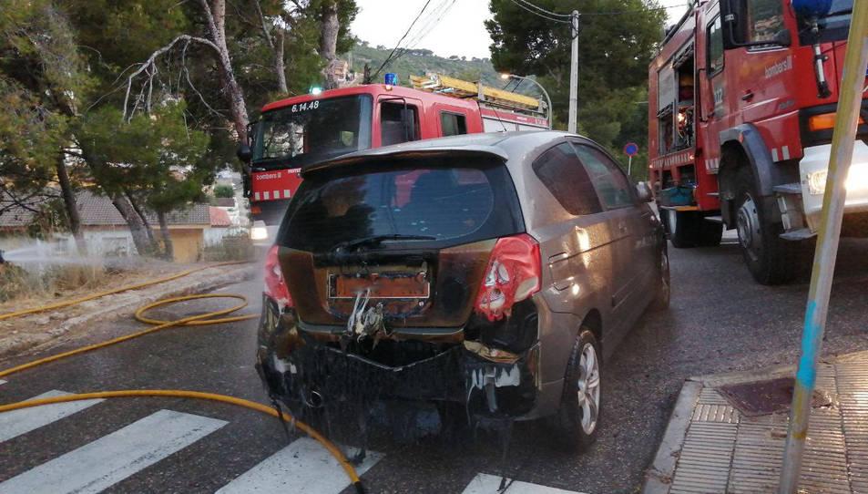 El foc va afectar dos vehicles més que estrobaven aparcats a prop.