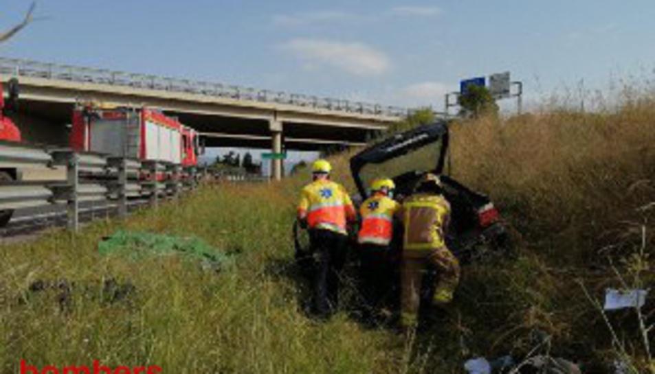 Els Bombers i el SEM treballant en l'accident.