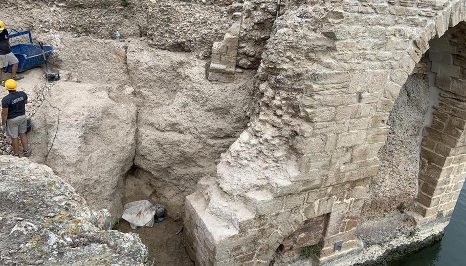 Pla general de les excavacions al castell d'Amposta amb l'arc medieval restaurat l'any 2017, a la dreta.