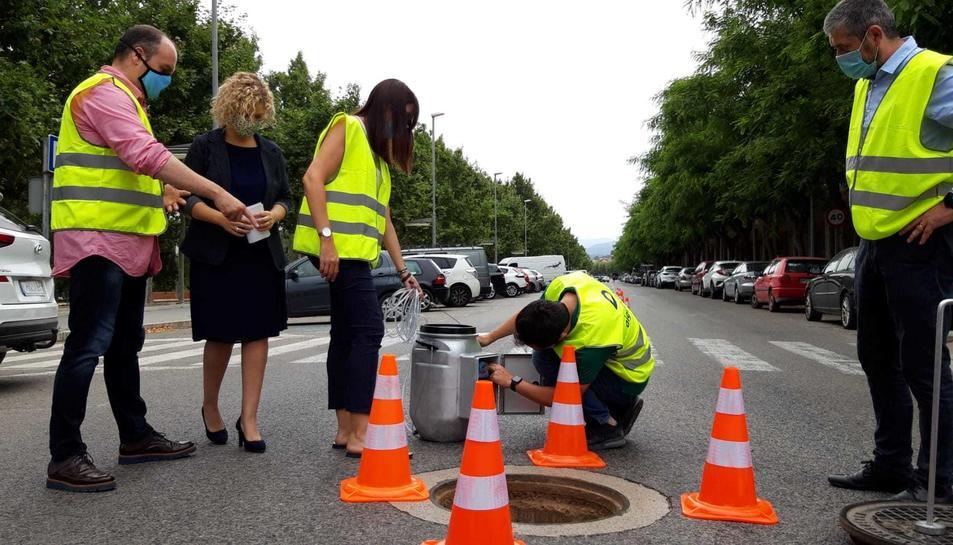 Pla general de tècnics d'Aigües de Tortosa mostrant a l'alcaldessa, Meritxell Roigé, el funcionament del sistema de detecció del coronavirus en aigües residuals.