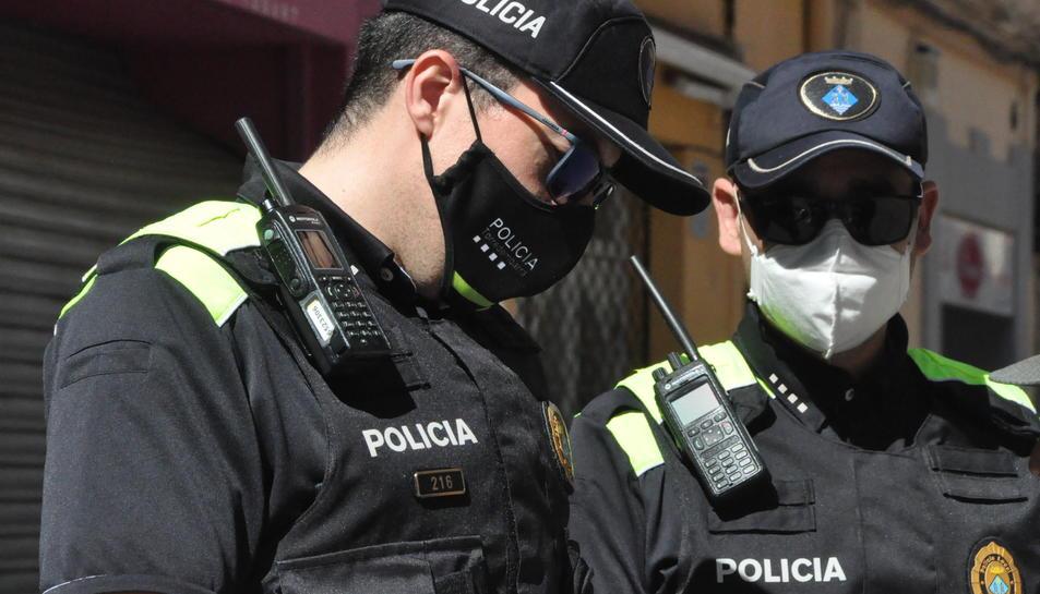 Imatge de dos agents de la Policia Local Torredembarra.