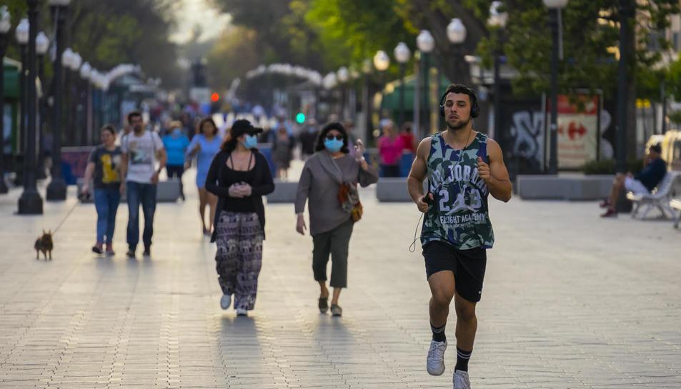 Imatge d'arxiu de persones passejant per la Rambla Nova de Tarragona.