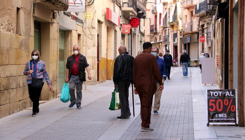 El carrer Sant Blai, un dels principals eixos comercials de Tortosa, el primer dia de fase 1 de desconfinament.