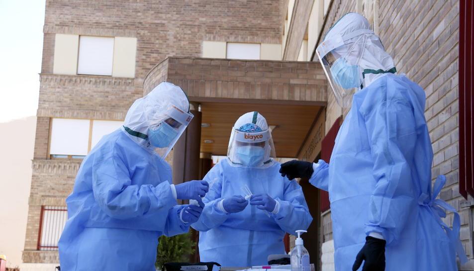 L'equip de mostres d'Atenció Primària de Lleida preparant-se per fer proves PCR en una residència d'Aitona.