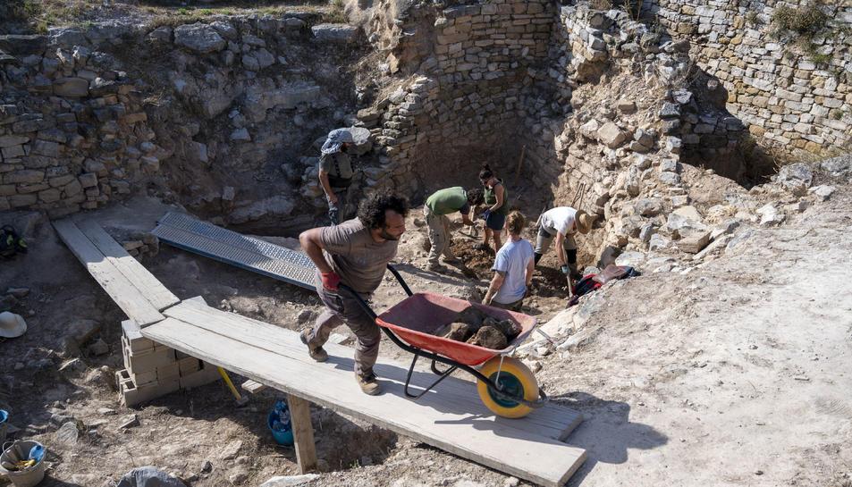 Pla general dels treballs dels arqueòlegs de la UB a la zona de les cisternes del poblat ibèric del coll del Moro, a Gandesa.
