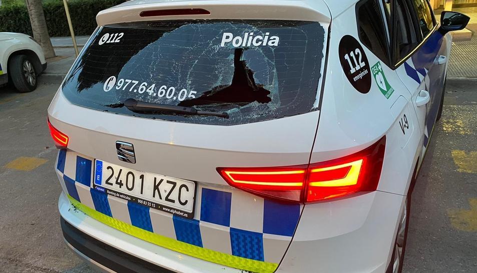 El detingut va trencar el vidre posterior del vehicle policial.