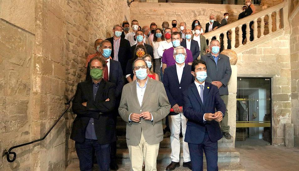 El president de la Generalitat, Quim Torra; del conseller de Territori, Damià Calvet; i dels respresentants que han signat l'acord per garantir l'aigua potable a la Conca de Barberà.