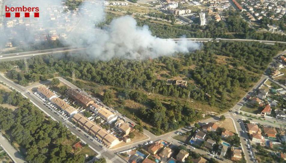 Imatge de l'incendi al voral de l'AP-7 al Vendrell.