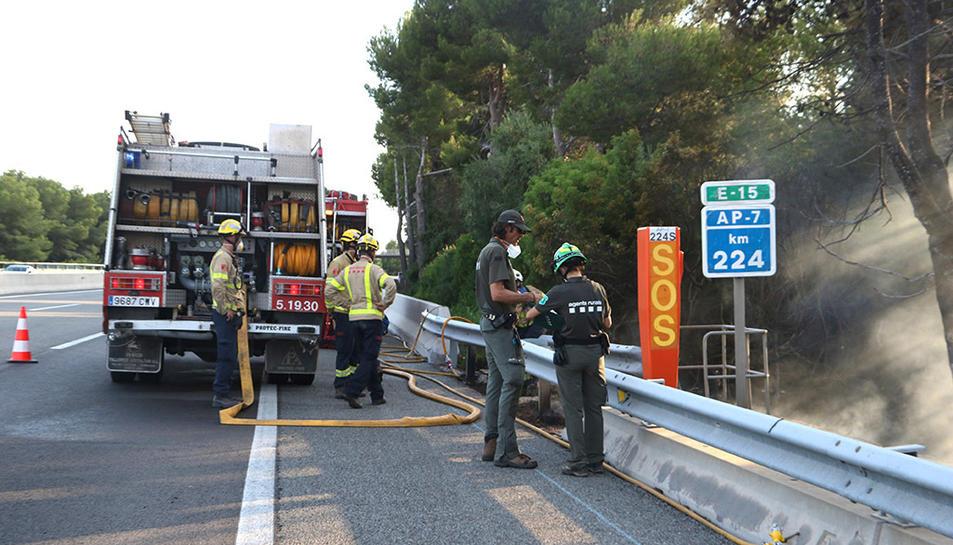 Efectius dels Bombers i dels Agents Rurals treballant en l'extinció de l'incendi que ha cremat a l'AP-7 a Roda de Berà en sentit Castelló