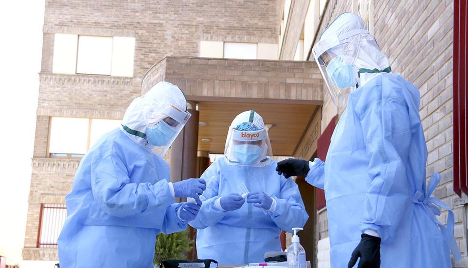 L'equip de mostres d'Atenció Primària de Lleida preparant-se per fer proves PCR en una residència.
