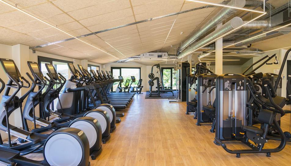 La sala fitness recent estrenada compta amb màquines de càrdio, força i pes lliure.