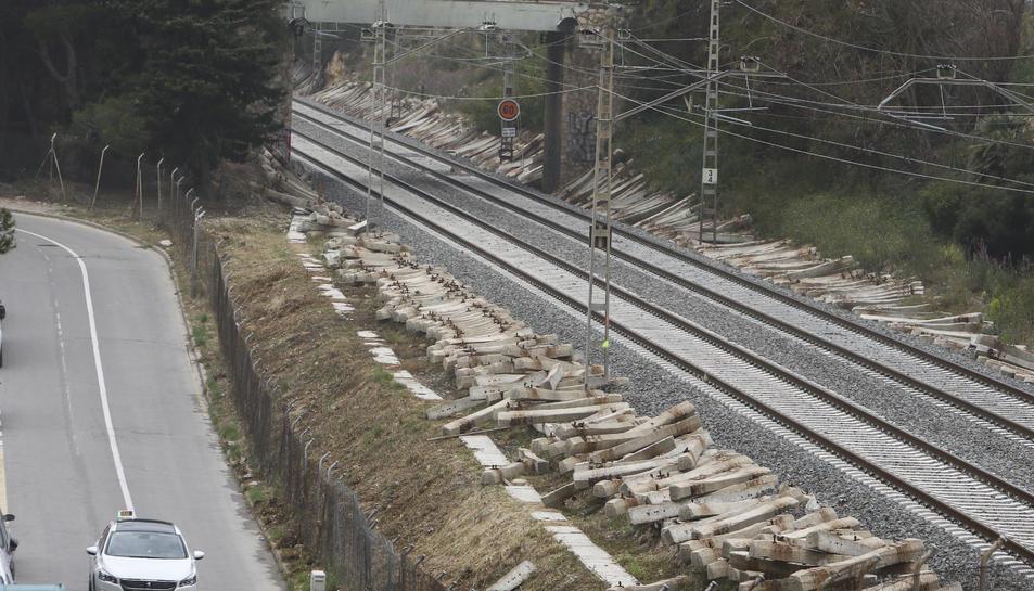 El traçat ferroviari de la costa, al seu pas per la urbanització tarragonina de Cala Romana.