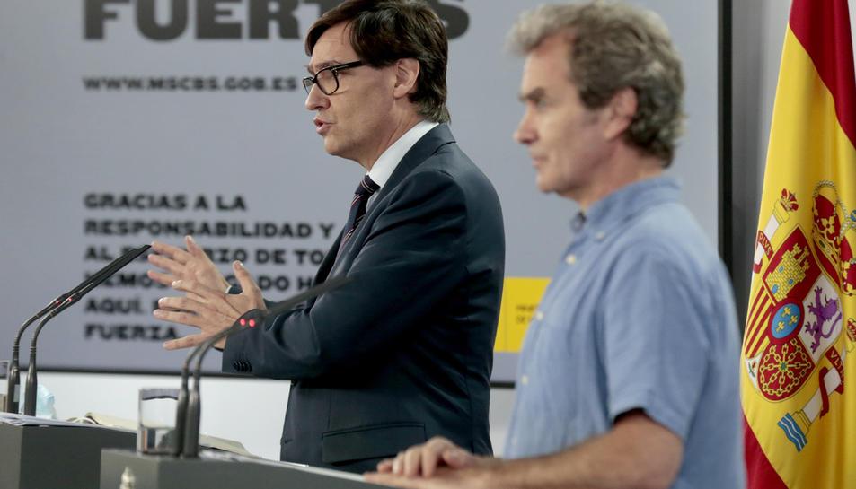 Eel director de CCAES, Fernando Simón i el ministre de Sanitat, Salvador Illa, en un segon terme.