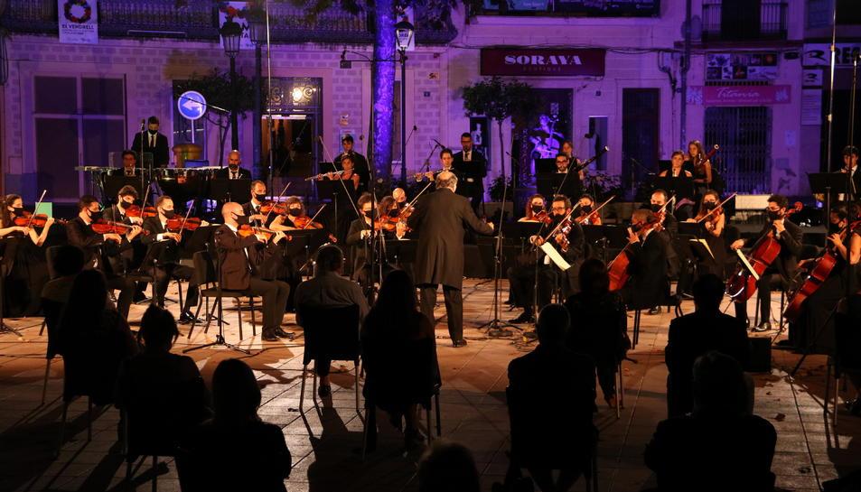 Pla general dels músics que han actuat en el concert d'homenatge a Pau Casals a la plaça Nova del Vendrell.