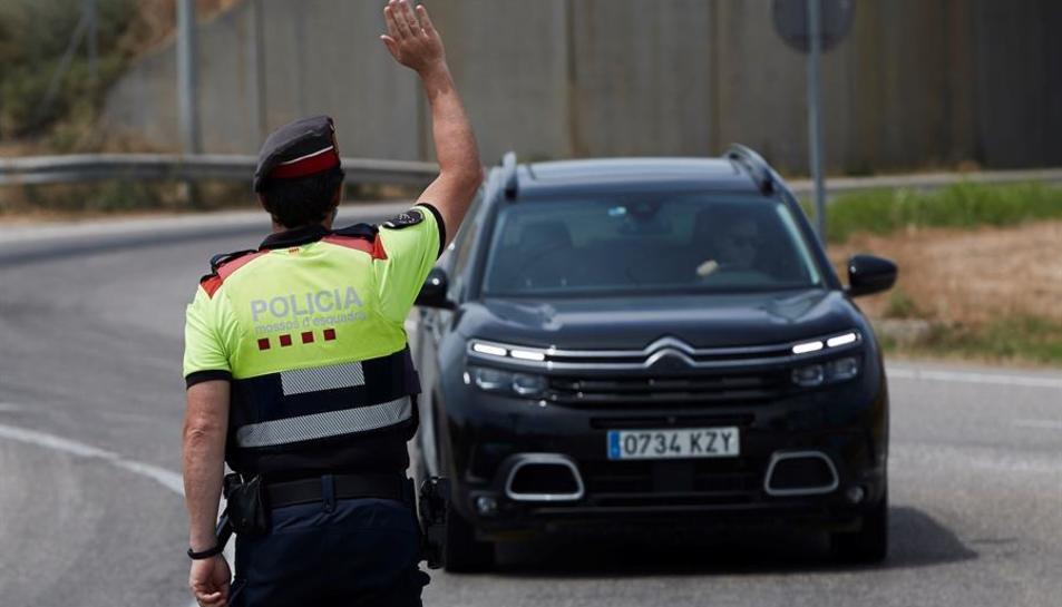 Agents dels Mossos d'Esquadra fan controls de mobilitat en l'entrada de Soses, un dels pobles afectats per rebrots.