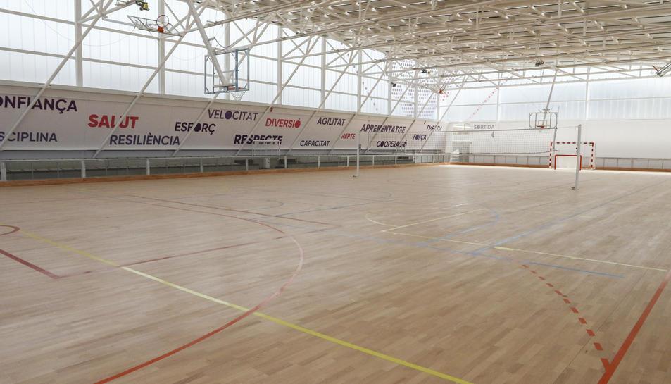L'equipament té 2.245 metres quadrats i una pista poliesportiva de 22x44 metres.