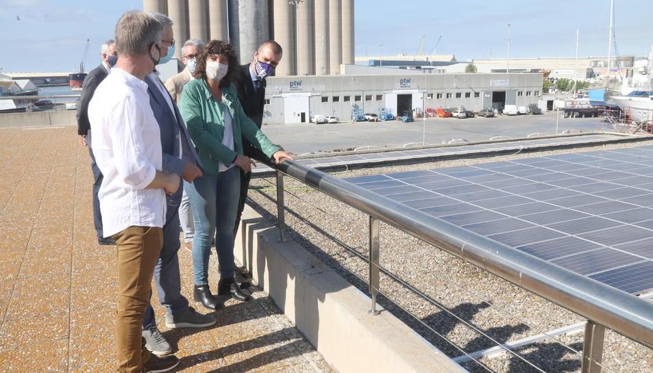 La consellera d'Agricultura, Teresa Jordà, durant la vista a la Confraria de Pescadors de Tarragona.