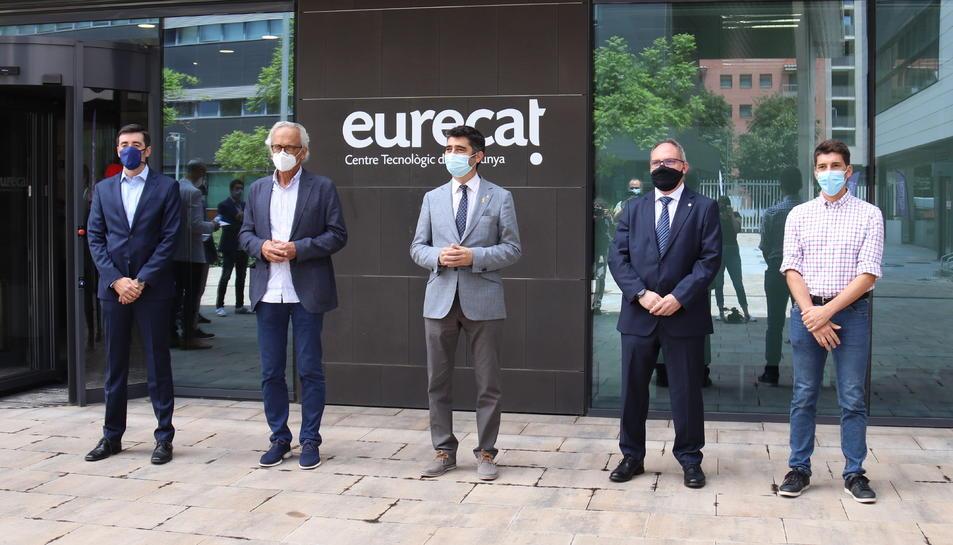 Pla obert del conseller Jordi Puigneró, els doctors Bonaventura Clotet i Oriol Mitjà, el director del CIDAI Marc Torrents, i el director de 5G a la Mobile World Capital Eduard Martín, davant la seu d'Eurecat