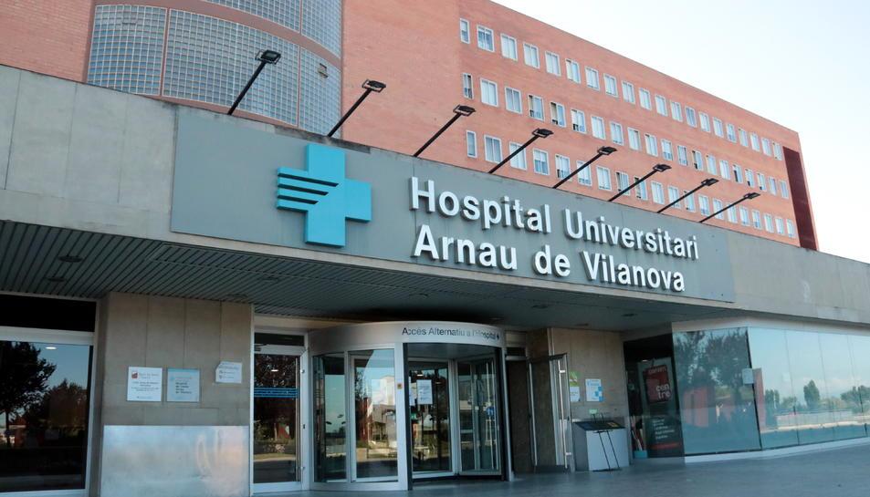 Imatge de la porta d'accés a l'Hospital Universitari Arnau de Vilanova de Lleida.