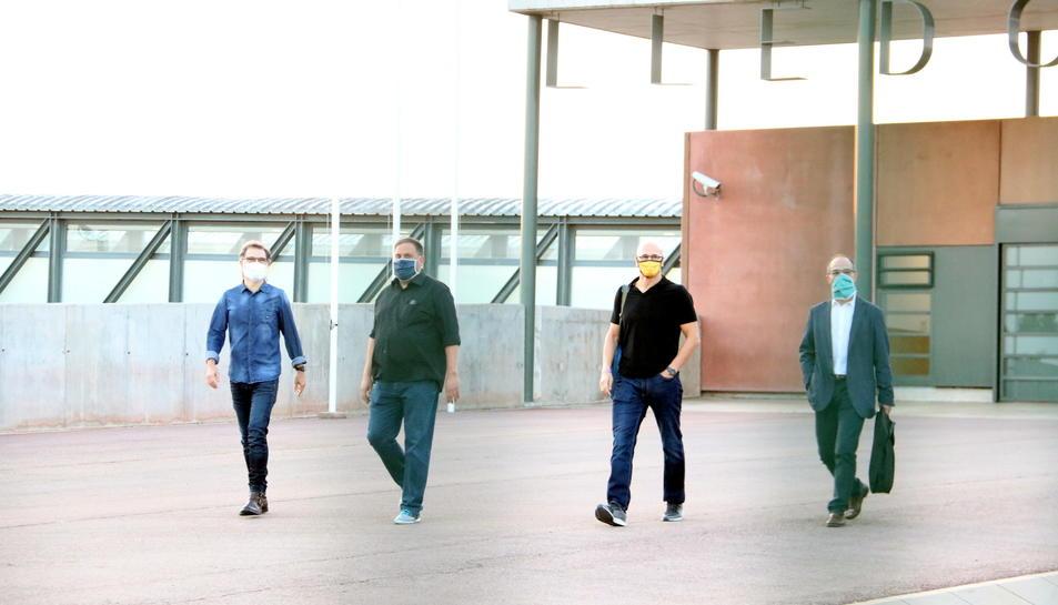 Jordi Cuixart, Raül Romeva, Oriol Junqueras i Jordi Turull en el moment de la sortida de la presó de Lledoners.
