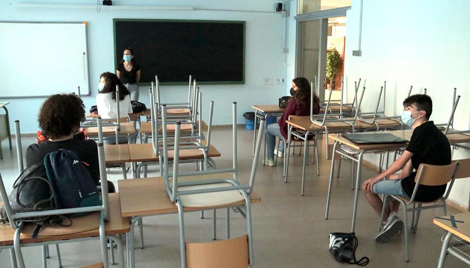 Alumnes de secundària a final del curs passat guardant distàncies de seguretat.