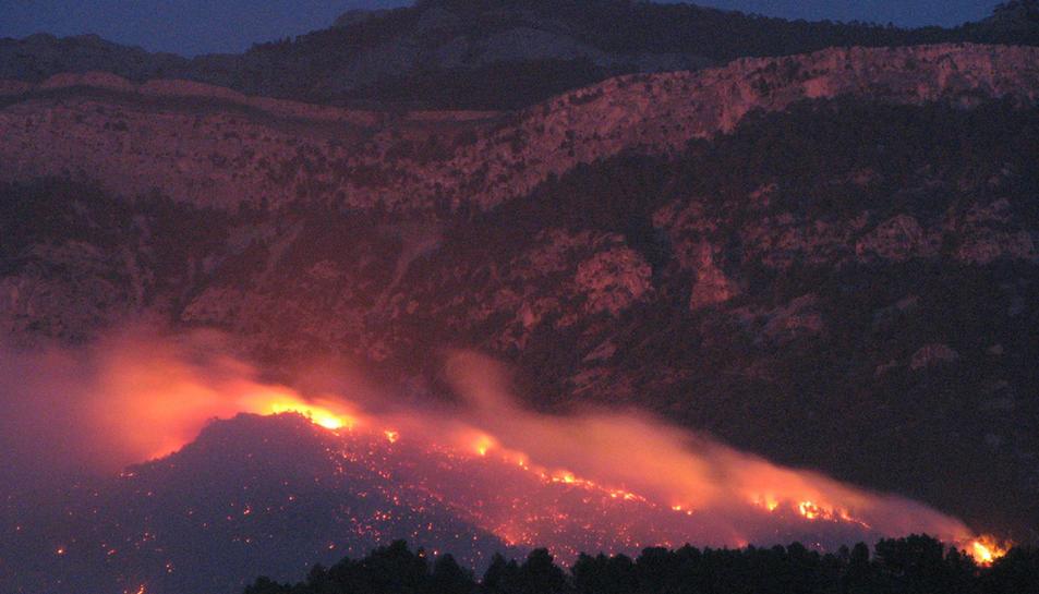 Una de les serralades dels Ports cremant durant l'incendi d'Horta de Sant Joan.