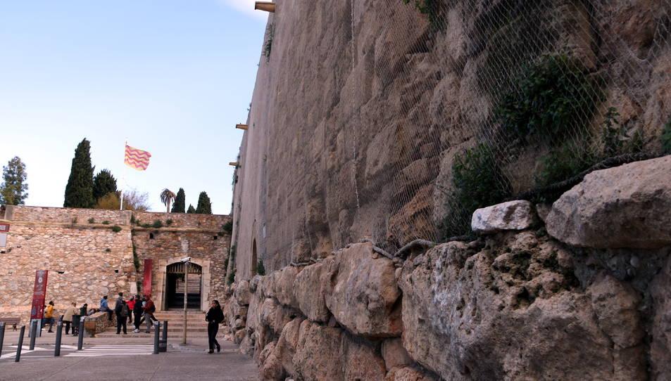 Tram de la muralla romana de Tarragona ubicat al portal del Roser i a la via de l'Imperi romà.