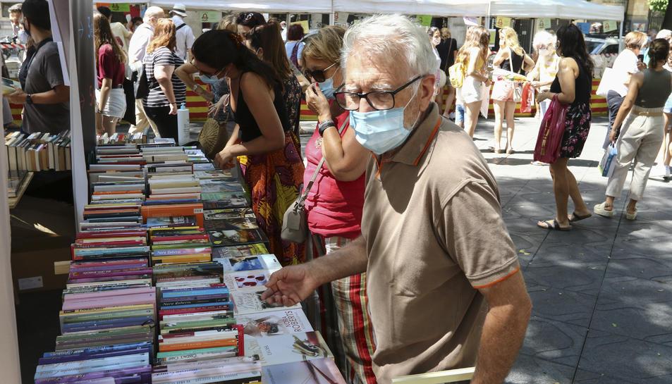 L'afluència de les  parades de llibres va ser constant al llarg de tota la jornada i 'M'explico', de Carles Puigdemont, va ser la novetat més demandada.