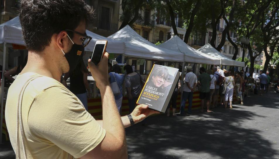 La afluencia en los puestos de libros fue constante a lo largo de toda la jornada y 'M'explico', de Carles Puigdemont, fue la novedad más demandada.