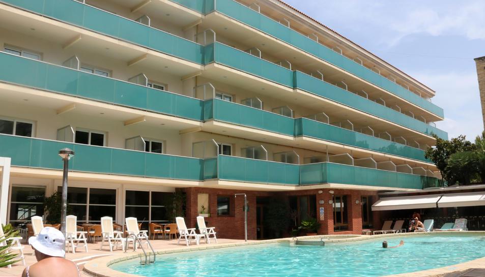 Pla general de la façana i la piscina d'un hotel de Calafell.
