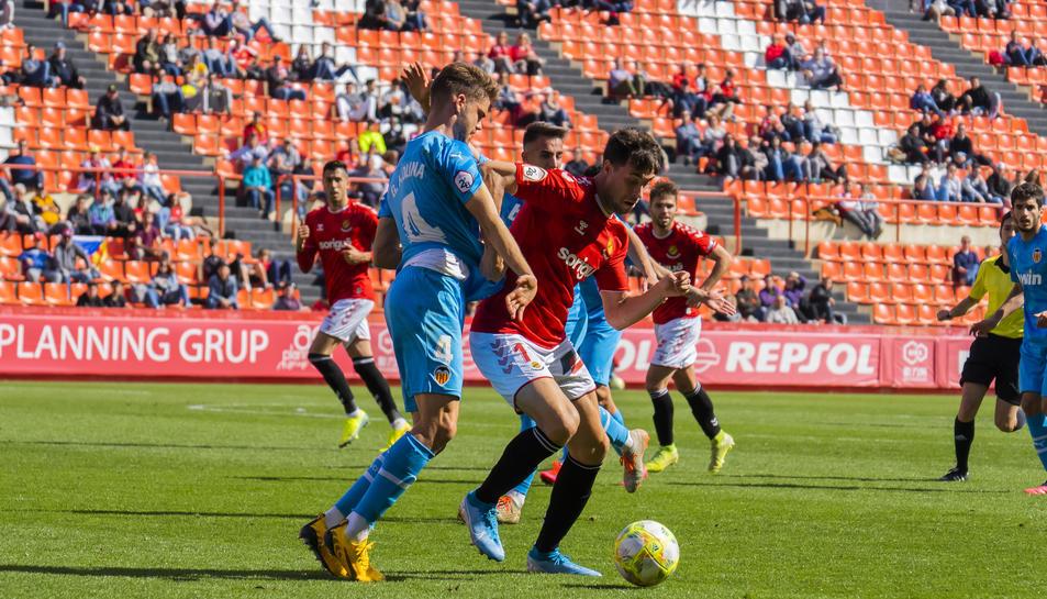 Pedro Martin alliberant-se d'un defensor en l'últim partit disputat al Nou Estadi aquesta temporada, contra el València Mestalla.