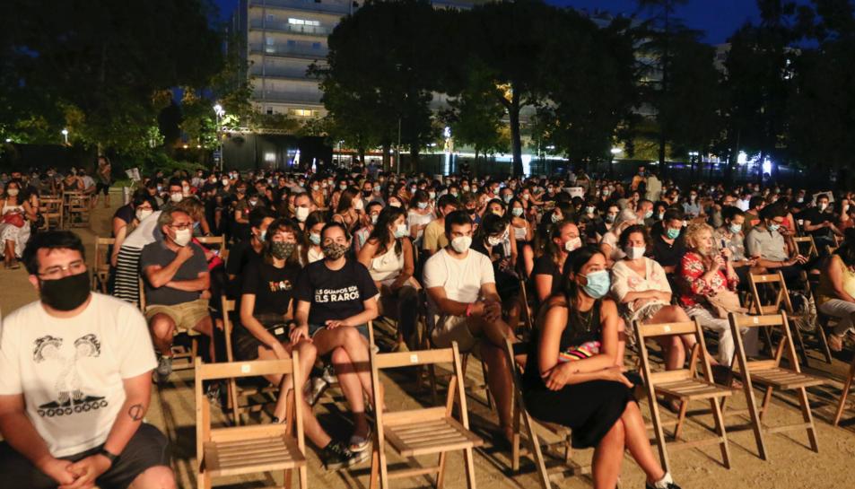 Imatge del públic assegut minuts abans de començar el concert dels Manel.