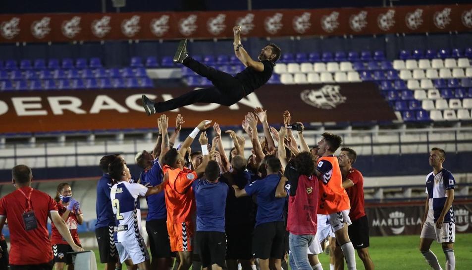 Els jugadors del Sabadell mantejant el tècnic arlequinat Antonio Hidalgo al final del partit.