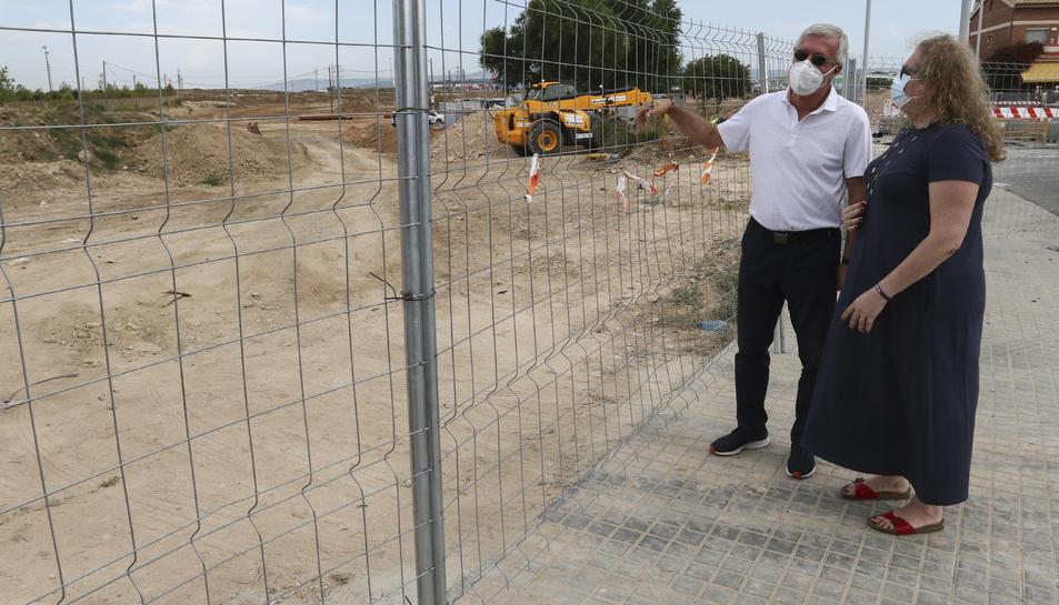Ballesteros i Ramos, a la tanca de separació de la zona on s'han iniciat les obres a Campclar.