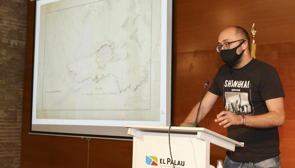 El regidor Hermán Pinedo durant la presentació del plànol, visible a l'esquerra de la imatge.