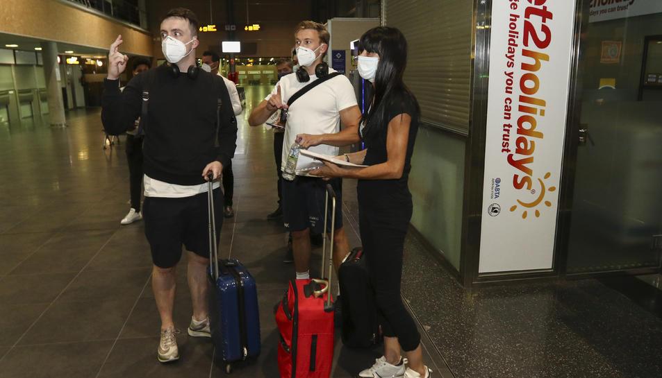 Un grup de joves que van arribar ahir a l'Aeroport de Reus en un avió procedent d'East Midlands.