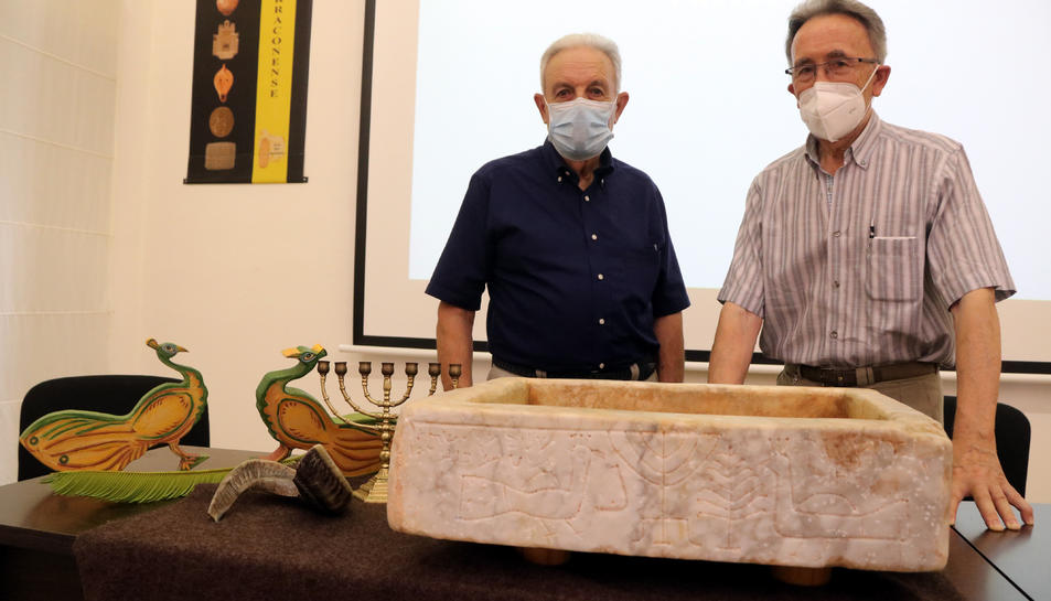 L'escultor Bruno Gallart i de Josep Maria Brull, encarregats d'elaborar a mà la reproducció de la pileta trilingüe hebrea.