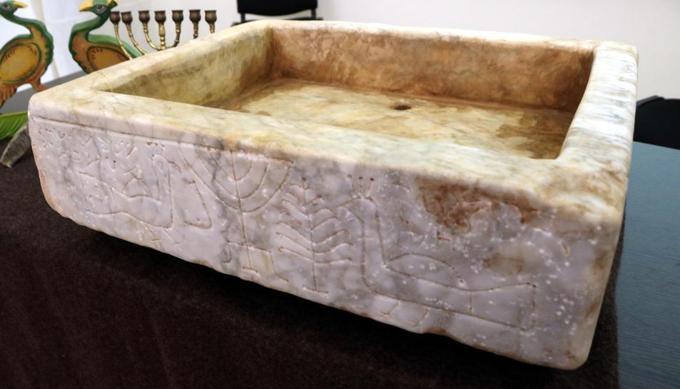 Pla obert de la reproducció de la pileta trilingüe hebrea conservada al Museu Sefardí de Toledo