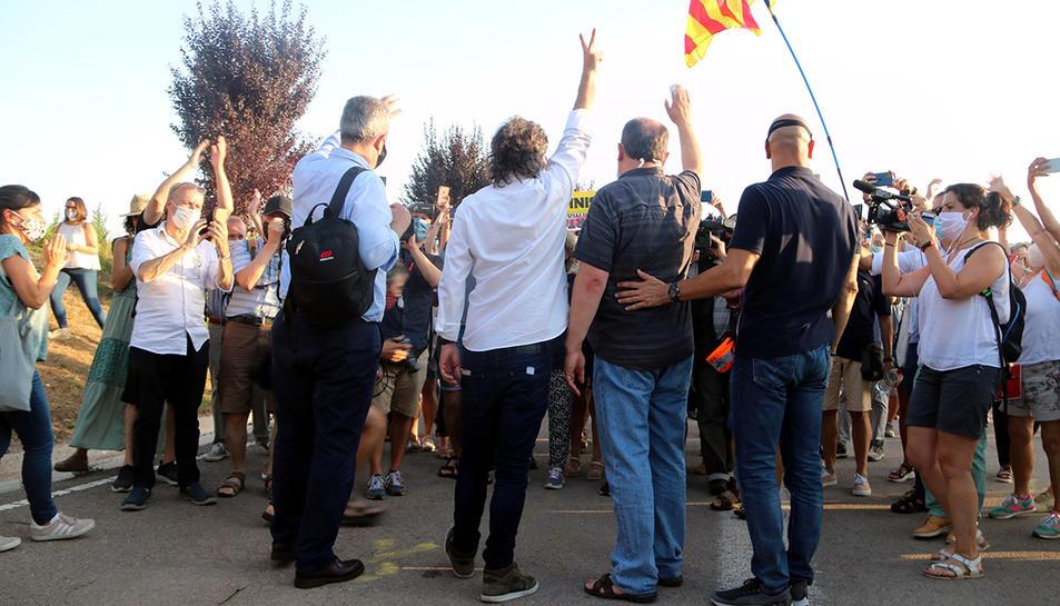 Quim Forn, Jordi Cuixart, Oriol Junqueras i Raül Romeva, saludant a la gent minuts abans d'entrar a la presó de Lledoners sense el tercer grau. I