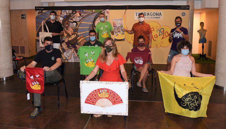 Pau Ricomà, amb representants de les entitats de la ciutat mostrant el marxandatge de les festes de Santa Tecla.