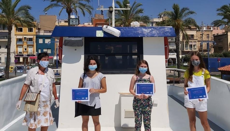 Els guanyadors van rebre elpremi dalt de la Golondrina del port.
