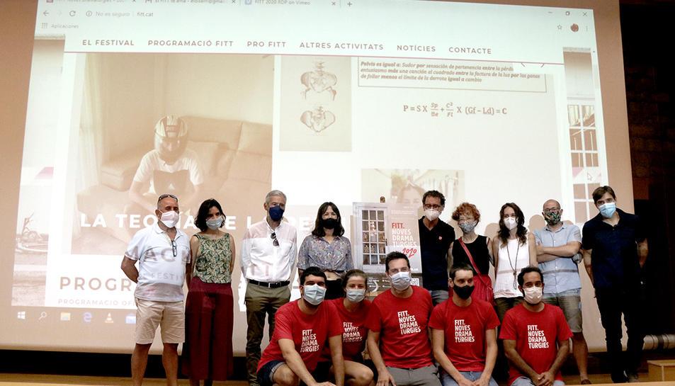 Fotografia de família dels organitzadors i col·laboradors del FITT Noves Dramatúrgies després de la presentació de la setena edició a Tarragona.