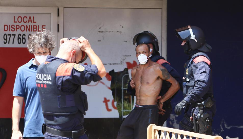 Els Mossos d'Esquadra amb l'home de 39 anys detingut.