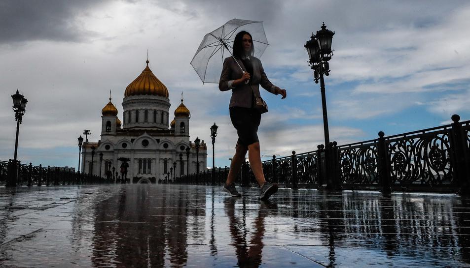 Una dona camina pel centre de Moscou