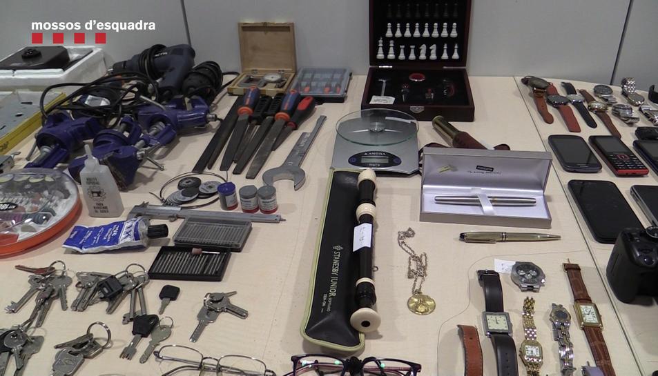 Imatge cedida pels Mossos d'Esquadra amb alguns dels objectes intervinguts a un grup criminal acusat de deu robatoris amb força en pisos de Barcelona
